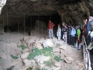 Visiteurs dans la grotte